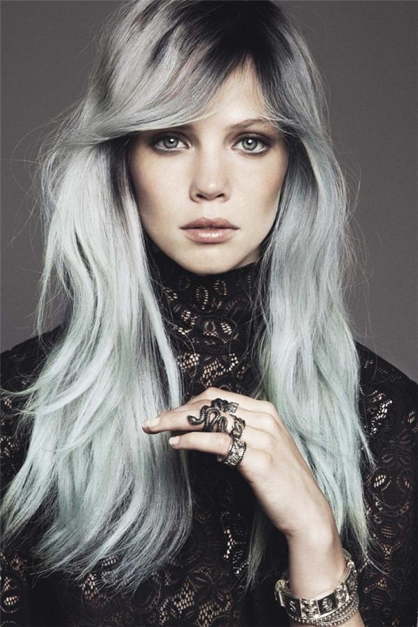 Nhuộm sát chân tóc và chuyển màu điệu nghệ từ xám bạc cho đến xám xanh sẽ khiến bạn trông quyến rũ, kiêu sa hơn hẳn.