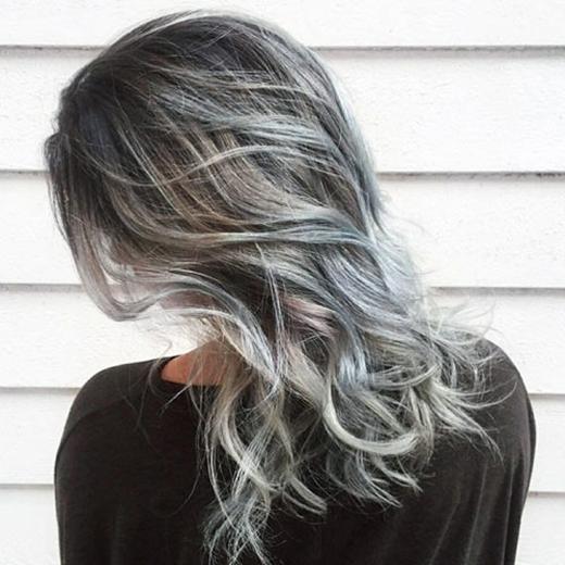 Nếu không ưng tông màu xám bạc có vẻ quá sáng, quá nổi, bạn có thể thử nghiệm trước với tóc hơi ngả màu muối tiêu và ombre nhẹ dần xuống đuôi để chuyển sang màu xám tông sáng hơn bình thường.