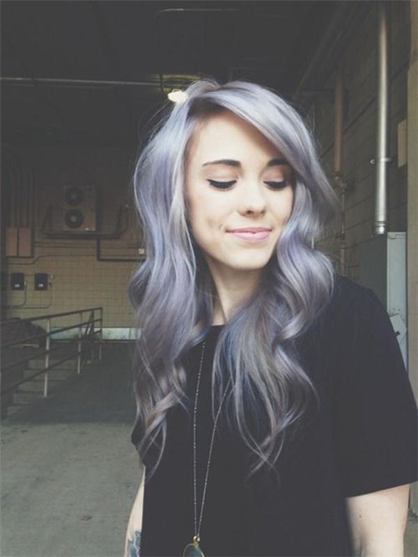 Màu xám bạc pha chút tím oải hương tối dần về đuôi tóc sẽ tạo nét dịu dàng, nữ tính cho các bạn gái.