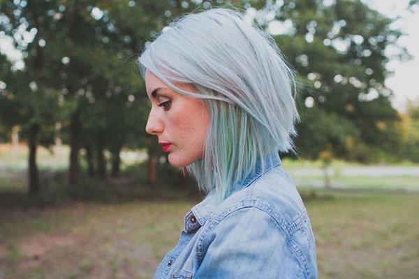 Bên cạnh đó bạn cũng có thể thử tóc nhuộm hai lớp với lớp ngoài màu bạc, lớp trong ombre xanh lá lạ mắt.