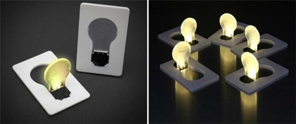 Chiếc đèn bỏ túi có kích thước bằng một tấm thẻ ATM này có tác dụng soi sáng những chỗ mà ánh đèn không chiếu vào được như túi quần, đáy cặp...