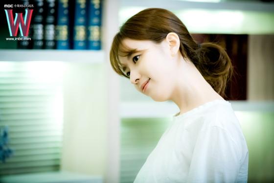 Lee Jong Suk điệu đà hơn cả Han Hyo Joo trong hậu trường W