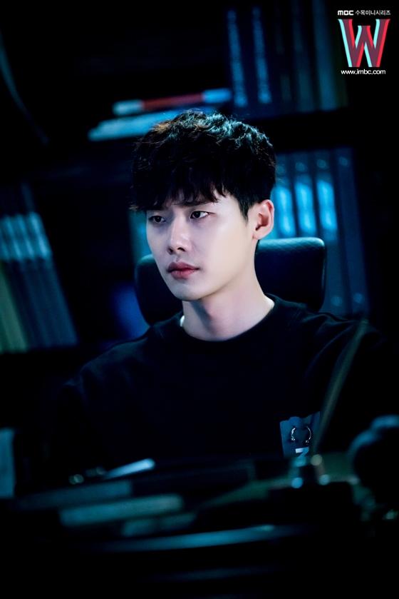 """Vừa cười nói phút trước, đến khi nhập vai, Lee Jong Suk dường như trở thành con người khác. Khả năng diễn xuất của ngôi sao 27 thật sự """"không phải dạng vừa""""."""