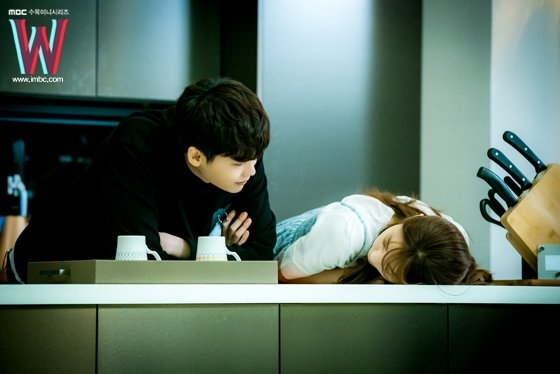 Lee Jong Suk và Han Hyo Joo tình tứ trong loạt ảnh hậu trường