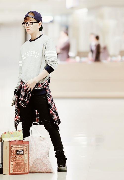 Baekhyun trông vừa cá tính lại vừa ngố tàu với phong cách này.