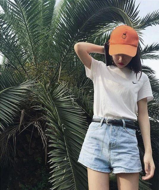 Một chiếc nón với màu sắc tươi tắn sẽ là điểm nhấn hoàn mỹ cho bộ trang phục đơn giản.
