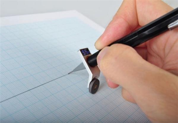 Có chiếc giá đỡbút thần kì này, bạnchẳng cần phải mất công dùng thước kẻ cũng sẽ có những đường thẳng tăm tắp.