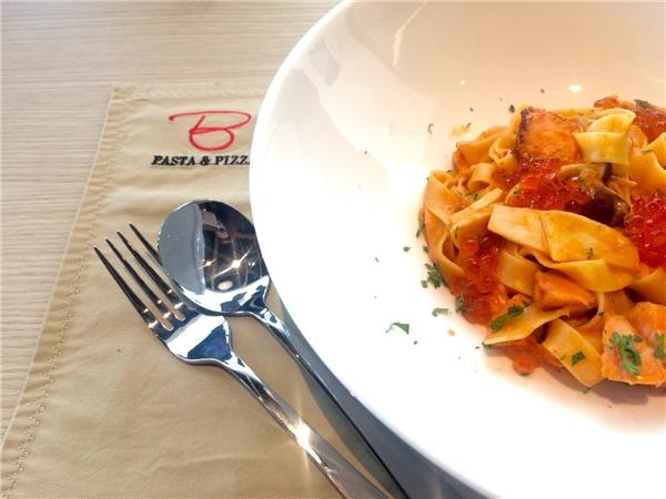 Món mỳ Ý sốt cá hồi vừa quen vừa lạ tại nhà hàng Basta Hiro đầu tiên tại Việt Nam.
