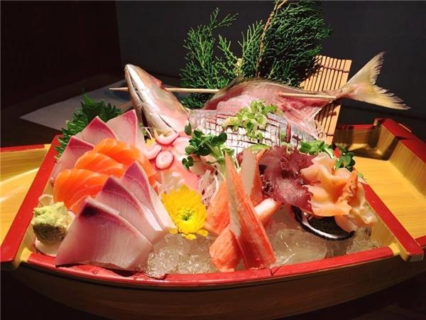 Món sashimi tươi ngon tại nhà hàng Sushi Hokkaido Sachi.