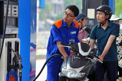Nghe xăng sắp tăng giá, nhiều người ùn ùn đi đổ xăng. Ảnh: Internet (minh họa)