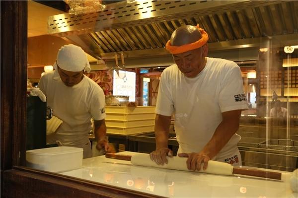 Ông Tamotsu Kurokawa đang thực hiện thao tác nặn bột để chế biến mì.