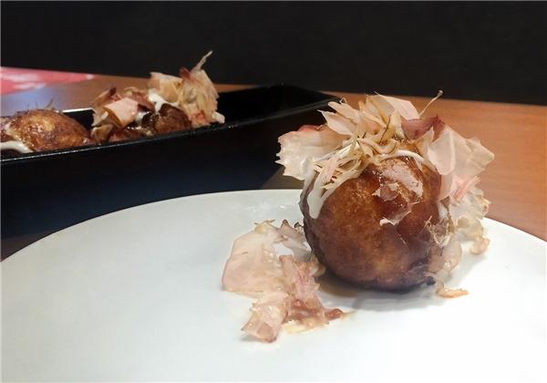 Món bánh Takoyaki- bánh bột nướng nhân bạch tuộc là một món rất đáng để nếm thử.