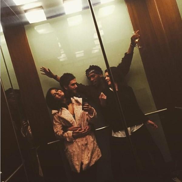 Cô nàng đăng cả ảnh được Zedd ôm eo trong thang máy.