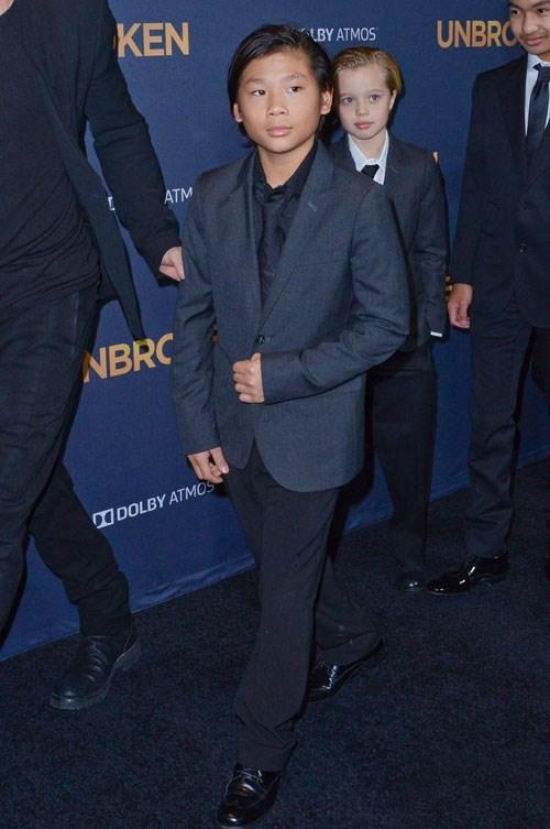 """Trái ngược với phong cách street style """"khác người"""",khi xuất hiện tại một số sự kiện của Hollywood cùng bố mẹ, Pax Thiên lại """"lột xác"""" thành chàng trai ưu tú, bảnh bao trong trang phục vest cầu kì, chải chuốt."""