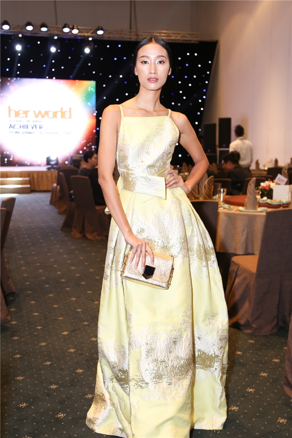 Trang Khiếu vẫn thu hút mọi ống kính với chiều cao vàchiếc váy ấn tượng - Tin sao Viet - Tin tuc sao Viet - Scandal sao Viet - Tin tuc cua Sao - Tin cua Sao