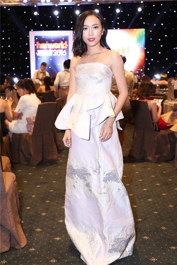 Diệu Nhi trông vô cùng duyên dáng với váy quây tông màu trắng tinh khôi - Tin sao Viet - Tin tuc sao Viet - Scandal sao Viet - Tin tuc cua Sao - Tin cua Sao