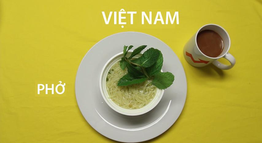 5. Việt Nam - Một bát phở thơm ngon với bánh phở được nấu vừa tới, thịt chín tái, ăn kèm với rau thơm là bữa sáng yêu thích của người dân Việt Nam. Tùy vào vùng miền mà người dân chọn uống cà phê hay trà sau bữa ăn.