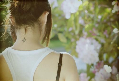 Phía sau gáy được các cô nàng yêu thích khi chọn xăm những hình nhỏ xinh.