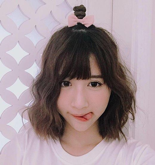 Hot girl Quỳnh Anh Shyn cũng tích cực lăng xê kiểu tóc này, nó giúp cô trở nên dễ thương đáng yêu hơn hẳn.