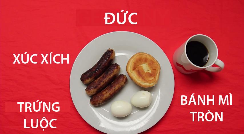 3. Đức - Tương tự như Hoa Kỳ, bữa sáng của người Đức cũng rất giàu protein. Bữa ăn đơn giản gồm trứng luộc, bánh mì tròn, xúc xích và một li cà phê đen.