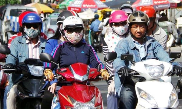 Người nước ngoài cho rằng thời trang chống nắng của phụ nữ Việt khá kì cục và lạ đời.