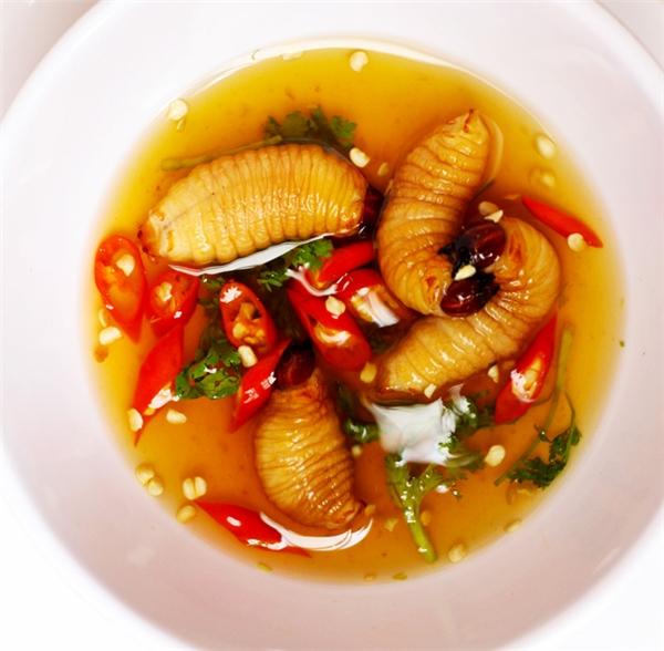 Không riêng gìkhách Tây, nhiều người Việt cũng thấy kinh hãi trước món ăn này.