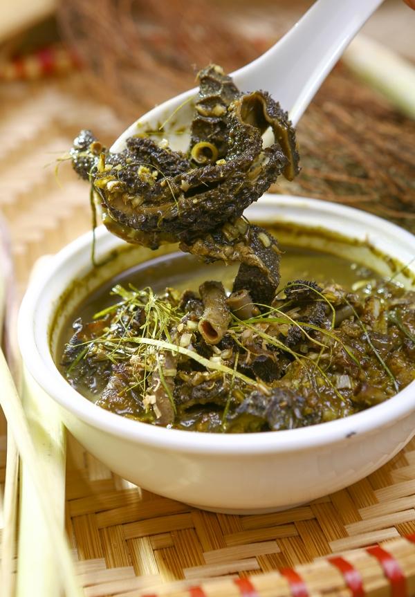 Nậm pịachính là phânnon của dê (hoặc bò)ăn kèm với ngũ tạng đã được nấu kĩ.