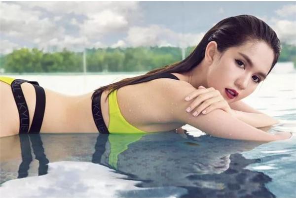 Mới đây, Ngọc Trinh vừa tung ra loạt ảnh bikini nóng bỏng khiến người xem khó thể rời mắt. Trong đó, thiết kế màu vàng chanh mang đến vẻ ngoài trẻ trung, ngọt ngào cho mĩ nhân Vòng eo 56.