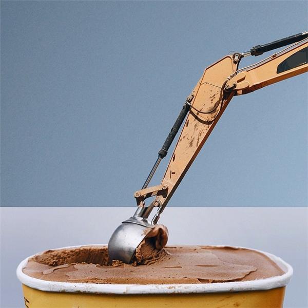 Hộp kem to quá phải xúc bằng cần cẩu mới hết.