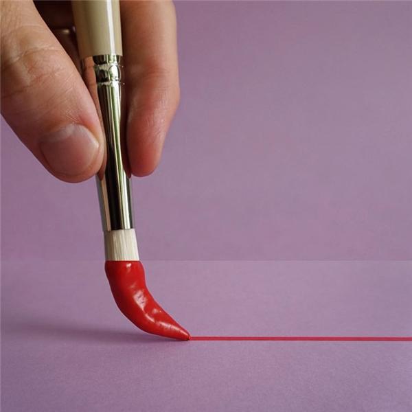 Nhúng đầu bút lông vô lọ mực đỏ tươi màu ớt chín và vẽ nên những bức tranh rực rỡ.