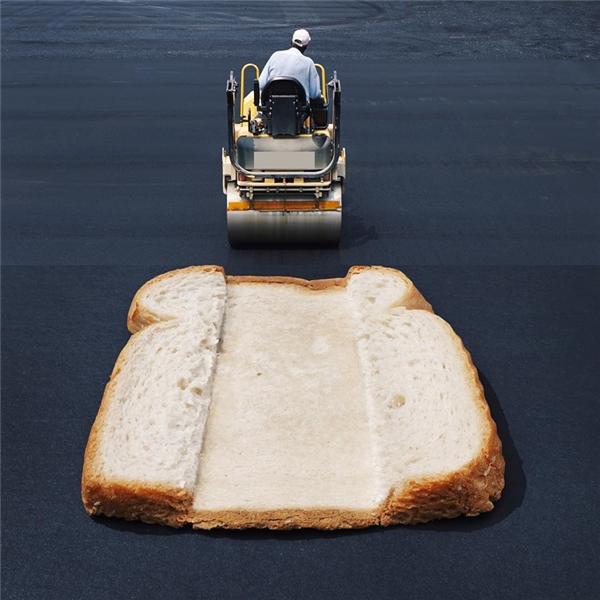 Miếng bánh mì đã bị chiếc xe ũi san phẳng bẹp dí.