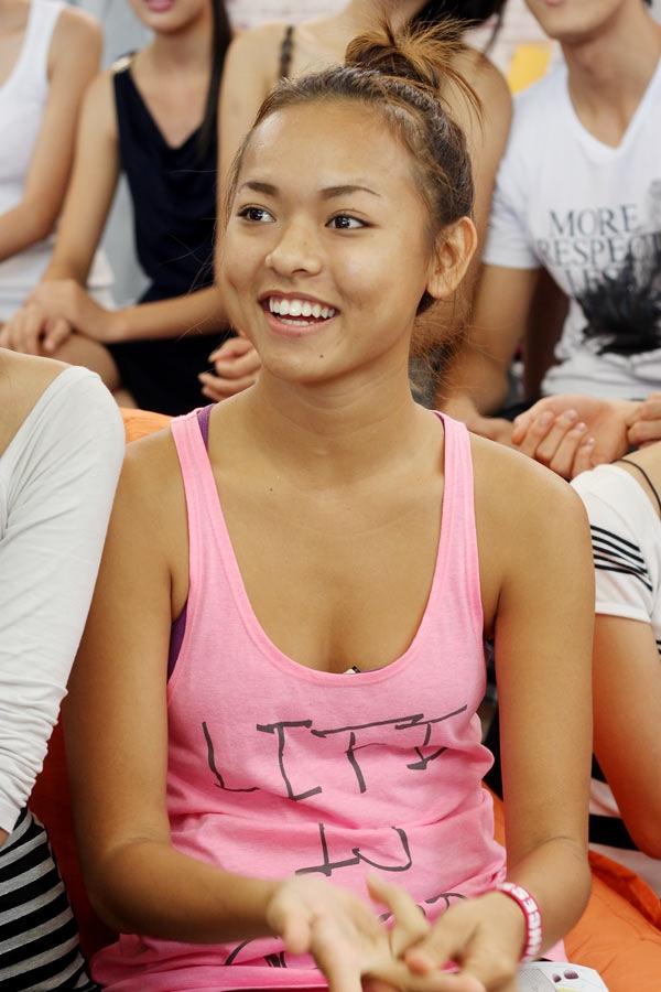 Mai Ngô củng các thí sinh Vietnam's Next Top Model 2013 trong một buổi họp nhà chung.
