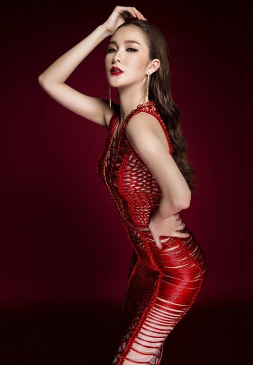 Ngọc Loan diện bộ váy đỏ nổi bật với chi tiết dây đan móc lồng vào nhau tạo nên những mảng họa tiết bắt mắt. Kết hợp cùng bộ trang phục là kiểu trang điểm nền trong suốt, môi lì đang là xu hướng.