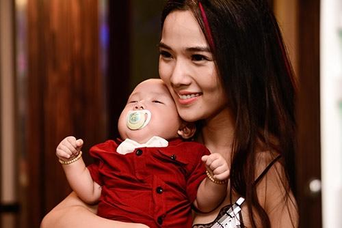 """Chỉ khi được ngậm ti giả, bé mới nín và """"ngả gục"""" trên vai mẹ. (Ảnh: Zing.vn) - Tin sao Viet - Tin tuc sao Viet - Scandal sao Viet - Tin tuc cua Sao - Tin cua Sao"""