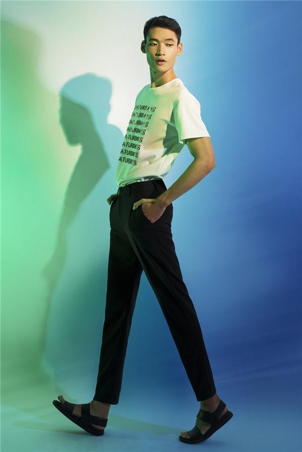 Minh Phong diện quần âu cùng áo phông trắng đơn giản.