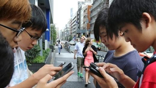 Các bạn trẻ từ Á sang Âu đều tích cực hòa mình vào trò chơi này.