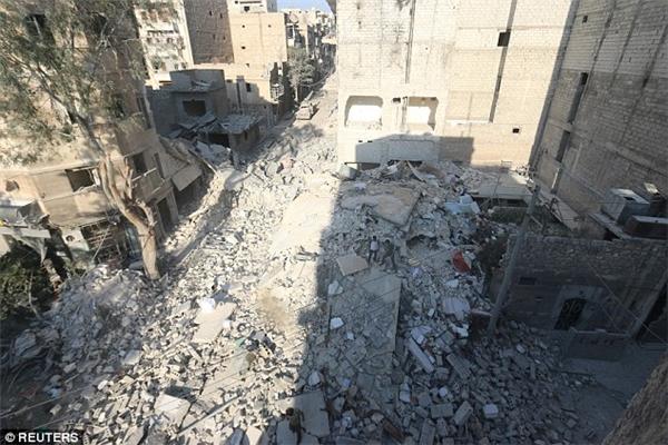 Aleppo trở thành đống hoang tàn sau vụ không kích.(Ảnh: Reuters)