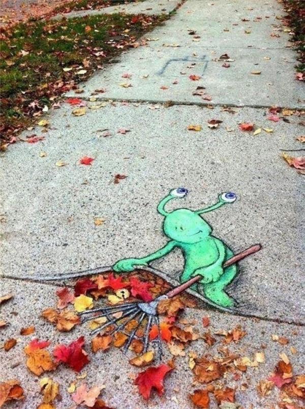 4. Bức tranh một sinh vật ngoài hành tinh màu xanh rất dễ thương do nghệ sĩ David Zinn vẽ bằng phấn.
