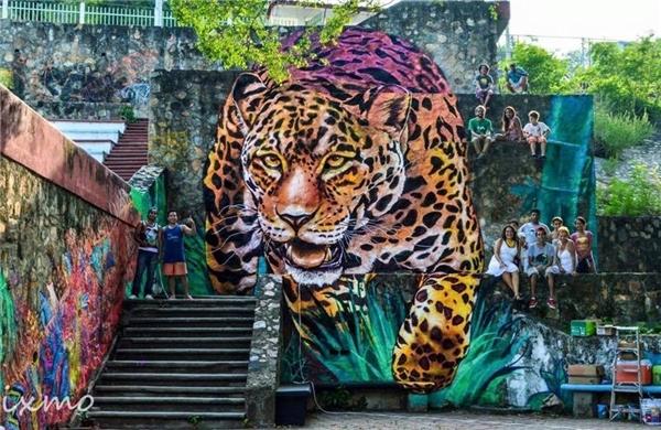 10. Con hổ hung dữ đang xổng chuồng kìa, sao mấy người không thấy gì vậy?