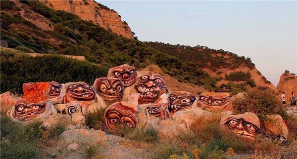 """14. Nghệ thuật vẽ trên những tảng đá khiến những người """"to gan"""" nhất cũng phải nhăn mặt."""