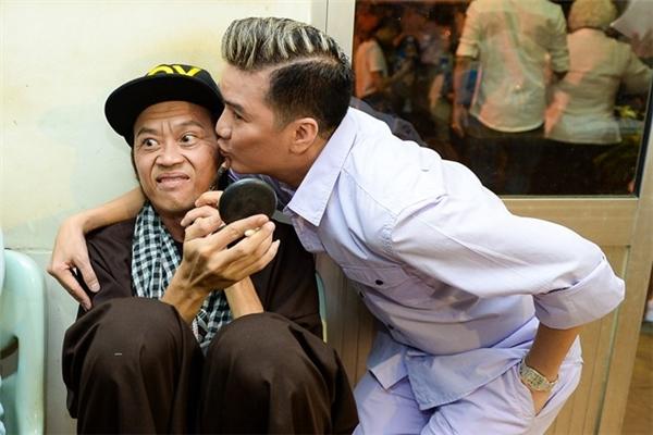 Nam danh hài dường như không mấy hào hứng khi được Mr Đàm ôm hôn? - Tin sao Viet - Tin tuc sao Viet - Scandal sao Viet - Tin tuc cua Sao - Tin cua Sao