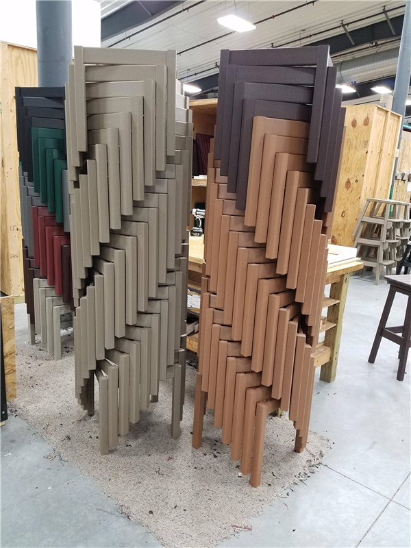 4. Từng mảnh gỗ được xếp chồng lên nhau theo hình xoáy tạo nên một khối trụ đẹp hoàn hảo. Công việc sắp xếp tưởng như đơn giản nhưng đòi hỏi phải có sự tỉ mỉ, khéo léo và độ chính xác.