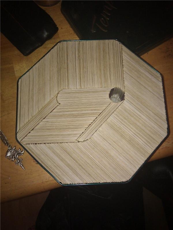 5. Nhìn qua thì ai cũng nghĩ đây là một tấm gỗ vân nhưng thực tế bên trong hình đa giác đó là hàng trăm mảnh giấy được xếp lại với nhau.