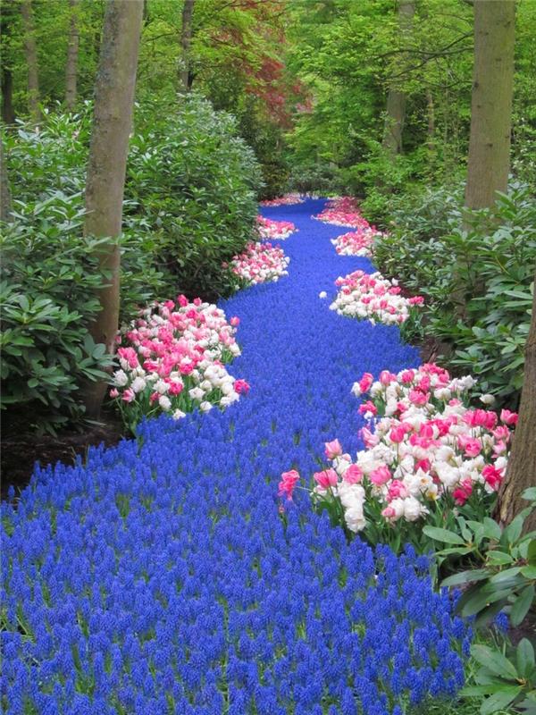 """13. Đừng ai lầm tưởng đây là dòng sông xanh biếc với hoa lá mọc hai bên bờ nhé. Đây phải gọi là """"dòng suối hoa"""" mới đúng."""
