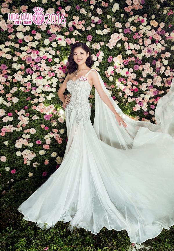 Huỳnh Thị Thùy Dung khoe sắc trong bộ váy màu trắng thanh thoát. Cô đang được đánh giá là một trong những thí sinh tiềm năng cho ngôi vị hoa hậu năm nay. Trước khi tham gia Hoa hậu Việt Nam 2016, Thùy Dung từng đạt giải Hoa khôi Đại học Ngoại thương 2016.