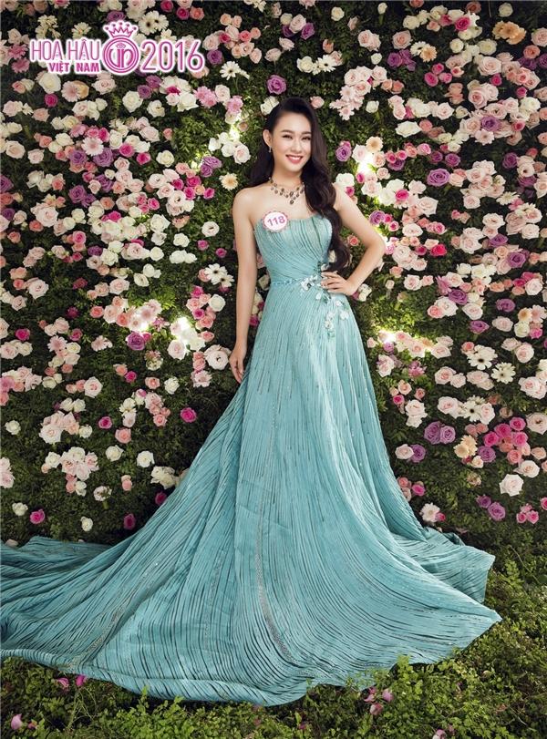 Nguyễn Thùy Linh ngọt ngào với dáng váy xòe rộng cùng tông màu pastel cổ điển.