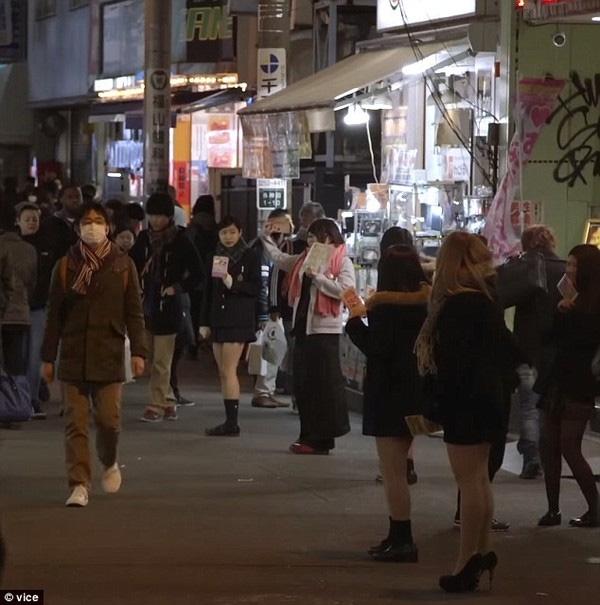 Ban ngày làm công việc bán thời gian, tối đến xuất hiện ở những khuphố, tàu điện ngầm để làm gái bán hoa.