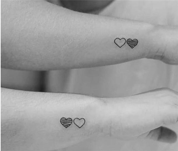 2 trái tim đen trắng không chỉ thể hiện tình yêu mà còn là thứ tự vai vế của họ trong gia đình.