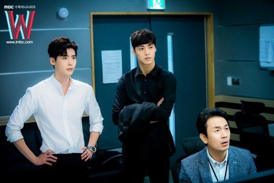 """""""Sởn da gà"""" khi Lee Jong Suk đối đầu sát thủ áo đen trong W"""