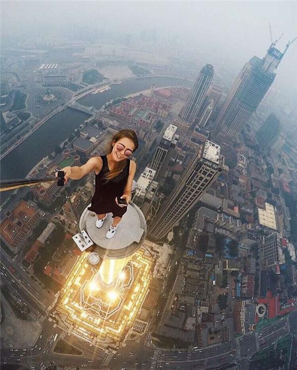 Angela tự sướng trên nóc một tòa nhà chọc trời tại nga.